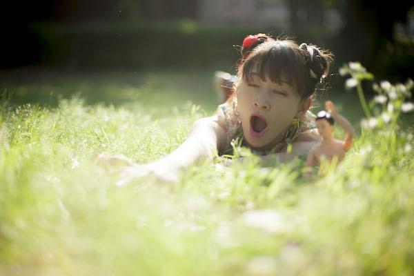 水曜日のカンパネラ、初のカヴァー・ミニ・アルバム『安眠豆腐』をハイレゾ配信&コムアイの前世を占うために催眠術にかかりにいく