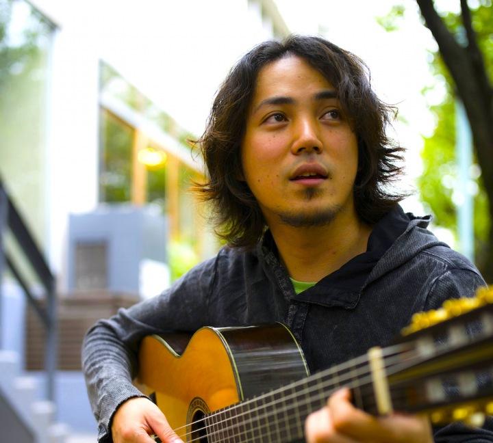 ブラジリアン・ギターの新鋭、露木達也が初ソロ作を高音質で一挙配信!!
