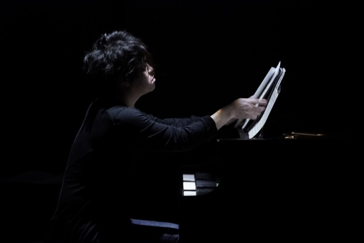渋谷慶一郎、生ピアノと残響だけで魅せたピアノ・ソロ公演をDSD配信&リリース記念インタヴュー