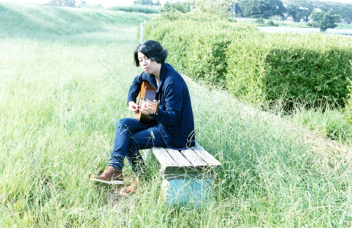 【REVIEW】街から街へと旅する現代の流れ者たちのための歌──SSW・松井文、5年ぶりとなるアルバムをリリース