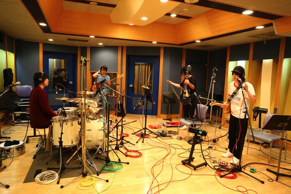 音楽は幸せな空間を作れるのか? ──新たなバンド・サウンドを得たAL『NOW PLAYING』を先行配信