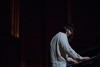 """""""暦""""が宿るピアノの調べ、季節が巡るイマジネーションの発露──スガダイロー『季節はただ流れて行く』ハイレゾ独占配信!"""