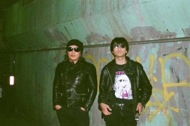"""DEATHRO × 藤崎賢一(METALIC/JUSTY-NASTY)──""""人間の熱""""、それがバンド・サウンドを愛す理由(ワケ)"""