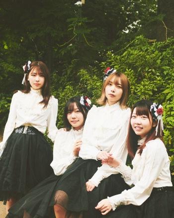 4人組楽曲派アイドルグループ、EMOE─『Negative』のなかに光を見出す