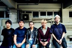 【対談】突然少年 × 西村仁志(新代田FEVER)──ライヴバンドの彼らはいま何を思う?