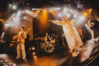 """新生フレンズは、これからも音楽を届け続ける──〈""""UNO!""""〉ファイナル公演 ライヴレポート"""