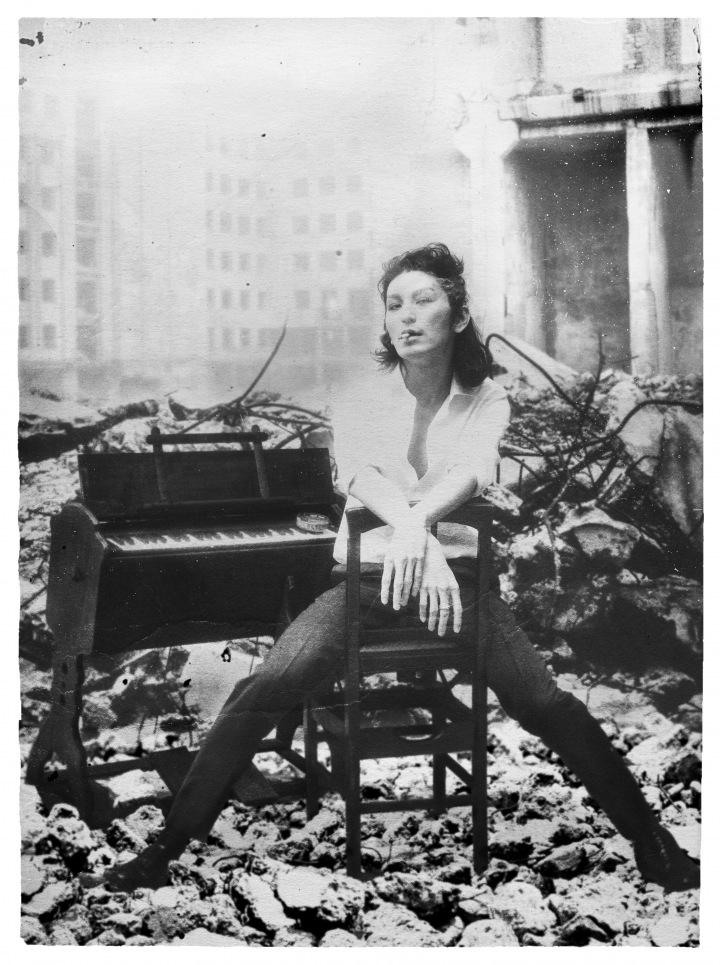 ドレスコーズ志磨遼平がピアノで描く孤高と反抗──コンセプチュアルな新作『バイエル』に迫る