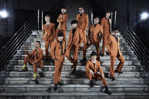 スカパラ、オレンジのスーツを身に纏った最新MV「多重露光 feat.川上洋平」公開