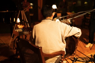 折坂悠太が本日より5週連続で新作ミニAL『朝顔』収録曲のスタジオライヴ映像を公開
