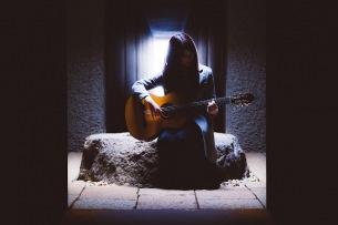 AYANE SHINO 、ススムヨコタ名盤のクラシックギターカバーでデビュー