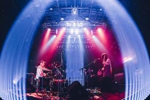 ドミコ、四方を観客で囲んだフロアライブ「Floor Live 『360°』」レポート公開
