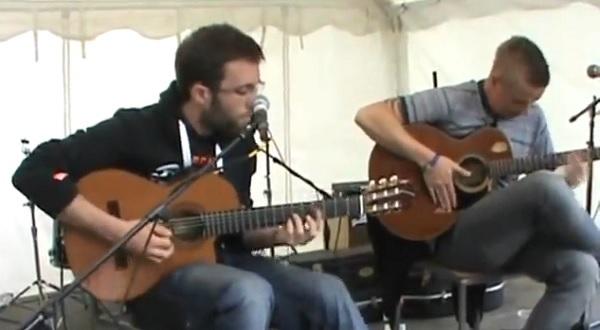 ダフト・パンクの名曲メドレーをアコギで披露するギター・デュオが登場