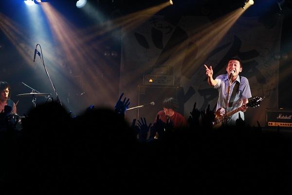 """忘れらんねえよ、渋谷で最高の夜間飛行! 赤坂BLITZ""""有観客ライヴ""""も発表―OTOTOYライヴレポ"""