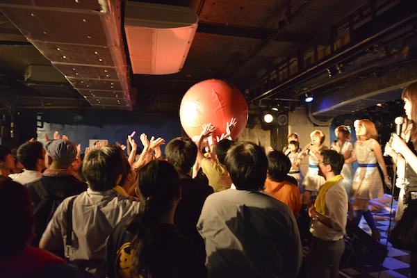 パズルガールズ、決死の新宿LOFTワンマンで新曲発売&レコ発シークレット・ライヴ発表——OTOTOYライヴ・レポート