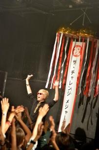 ザ・チャレンジ、コスプレ満載のリキッド単独公演でメジャー・デビュー発表——OTOTOYライヴ・レポート