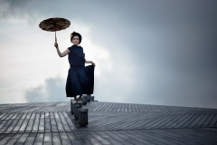 中納良恵、「濡れない雨」MVで雨に濡れながら即興ダンス