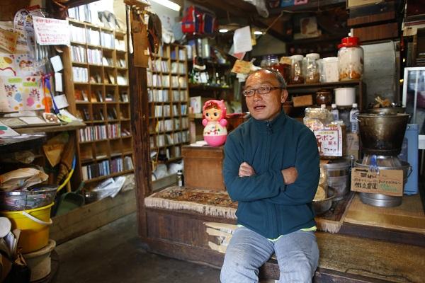 """尾道の名物CD店主""""ノブエさん""""を描いた映画『スーパーローカルヒーロー』試写を観た―OTOTOYレポ"""