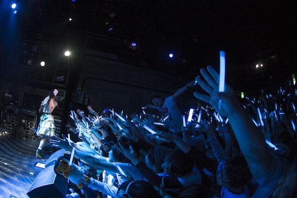 寺嶋由芙、ファンとの絆を見せた初ワンマンでメジャー・デビュー発表——OTOTOYライヴ・レポート