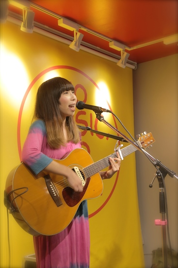 タグチハナ、初の東京インストア・ライヴ! 全6曲をしっかりと届ける——OTOTOYライヴ・レポート