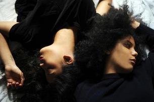 双子のハーモニーが鳥肌もの、イベイーのライヴ・セッション映像が公開!