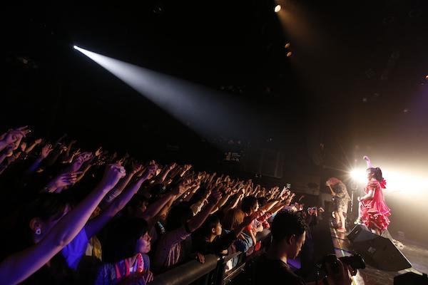 SEBASTIAN X、活動休止前ブリッツ公演で約3時間熱演「また一緒にバンドやろう」——OTOTOYライヴ・レポート