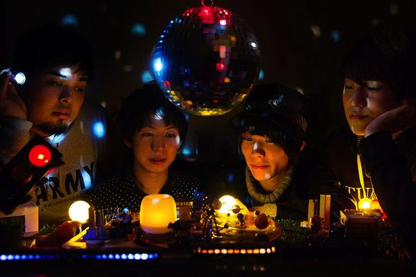 ウソツキが初のフル・アルバム『スーパーリアリズム』、全国ツアーも