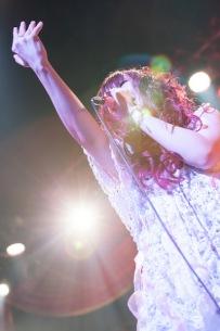 【ライヴ・レポート】大森靖子、アウェーのホールで圧巻のバンド編成ライヴ 2ndシングルのリリイベも完遂