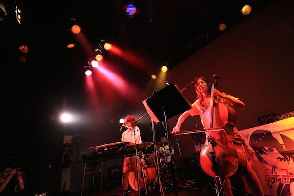 【ライヴ・レポート】みみめめMIMI、自主企画で分島花音と鍵盤&チェロのコラボ! 「シュガーソングとビターステップ」披露