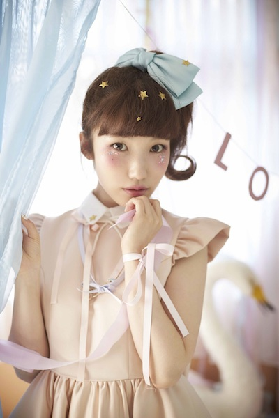 内田彩、メリーゴーランドの前でキュートに歌う『Sweet Tears』リード曲MV公開