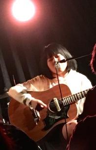 【ライヴ・レポート】里咲りさ、大森靖子と選んだアコギをライヴで初お披露目「泣きそうなくらいうれしい」