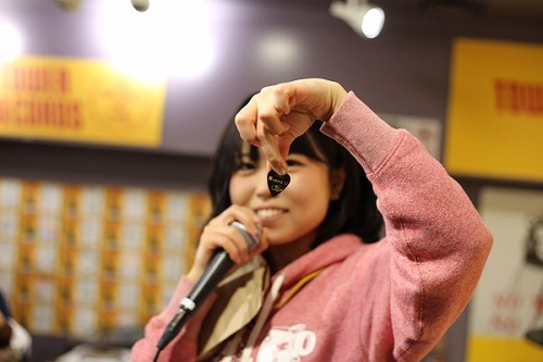 里咲りさ、観覧車で一発撮りの弾き語り新曲「TOKYO TELECA」MV公開