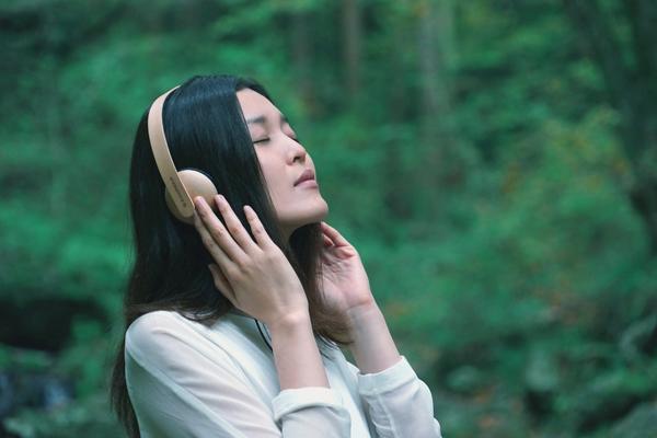 ボディ全体が国産ブナ材で作られた木のヘッドホン「Konohazuk H3」今冬発売