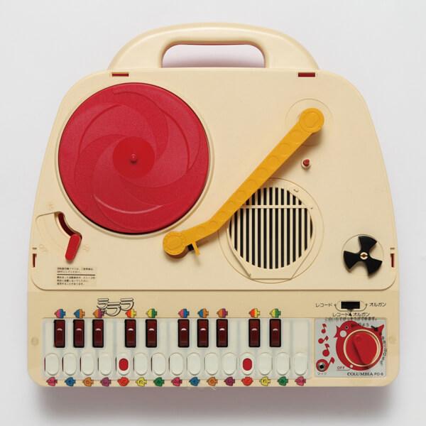 〈日本のポータブル・レコード・プレイヤー展〉が三軒茶屋キャロットタワーにて開催