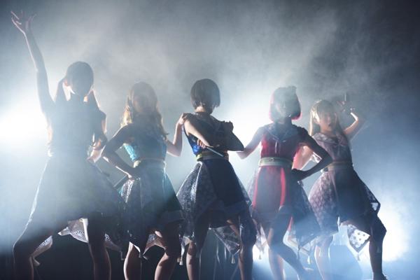 ギャンパレ、水着姿で2ndアルバム&新宿BLAZEワンマンを発表ーーOTOTOYライヴレポ