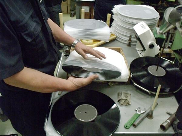 日本で唯一のレコードプレスメーカー・東洋化成の工場見学に行ってきた!