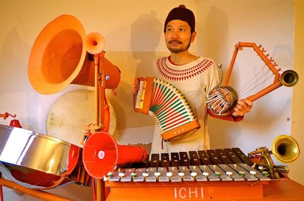 奇想天外なサウンドを自作楽器で! 英国在住のICHIが全国巡るツアー開催