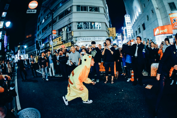 歌舞伎街にピカチュウ・コムアイ出現、モンスターボールに捕獲される