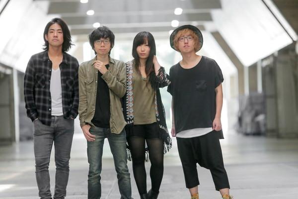 WHITE ASH、バンド初LIVE DVDアートワークで不敵な微笑み