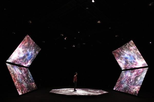 YCAMで開催中の「天声ジングル − ∞面体」より、やくしまるえつこ新作インスタレーションPV公開