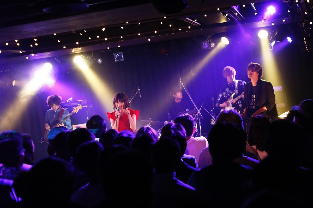 SHE IS SUMMER、初のワンマン・ライヴ〈Swimming in the Live〉を開催