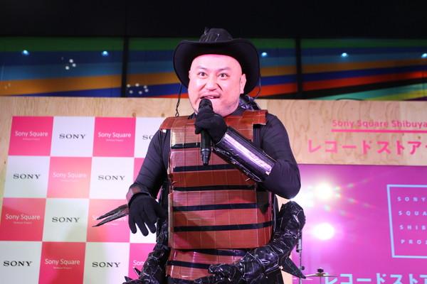 """〈レコードストアデイ前夜祭〉で""""ゴキブリ男""""ハリウッドザコシショウがデビュー曲披露"""