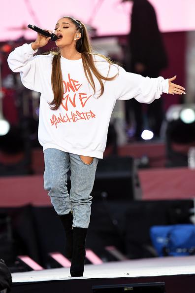 アリアナ・グランデ、英マンチェスターで慈善コンサートを開催 5万人と共に愛を歌う