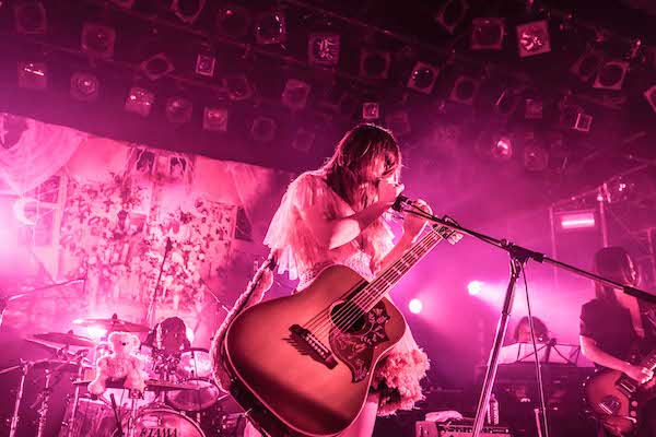 大森靖子、ツアー初日の仙台公演から「君に届くな」映像公開 弾き語りアルバムの発売日も決定