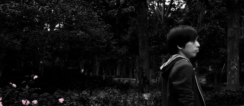 宮田涼介(かろうじて人間)、神奈川県の御幸の浜で撮影した新MVを公開
