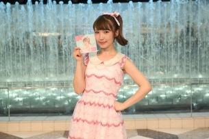 内田彩、新アルバム発売日に3年ぶりサンシャイン噴水広場でライヴ「いまだからこそ歌える曲がある」――イベント・レポート