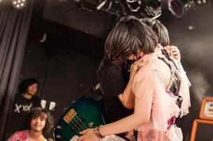 大森靖子、30歳の誕生日を満員のファンが祝福!生誕祭で見せたバンド・メンバーとの強い絆――ライヴ・レポート