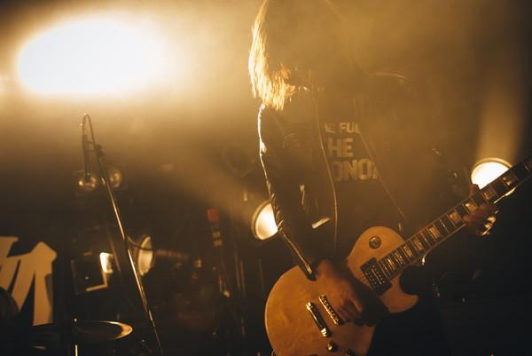 """""""ロックンロールが好きなんです!"""" THE 夏の魔物、MCなしノンストップで渋谷クアトロ初ライヴを駆け抜ける―OTOTOYライヴレポ"""