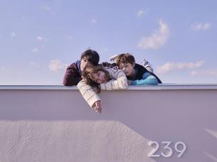 新アーティスト写真で仲睦まじく横たわるThe Wisely Brothers、2月にメジャー・デビュー!