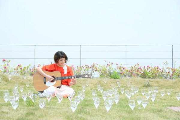 岩崎愛、最新アルバム『It's Me』から「どっぴんしゃーらー」MV公開