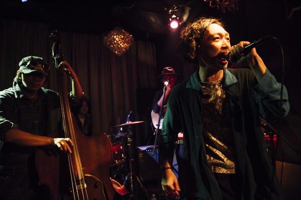 """""""ここからさらに前に足を一歩ずつ踏み出していきたい"""" Scarf & the SuspenderS、デビューEP『Invitation』リリパで音楽シーンへの一歩を踏み出す―OTOTOYライヴレポ"""
